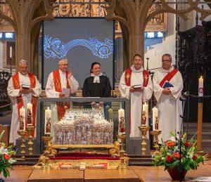 Keine Berührungsängste: Als evangelische Prädikantin unter katholischen Priestern bei der  Feier für die neue Glocke des Breisacher Münsters
